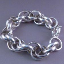 Zilveren rinkelarmband.